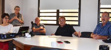 Jean-Louis d'Anglebermes s'est exprimé sur ce mal qui touche les bovins, mercredi 21 octobre à la DAVAR, à Païta. À ses côtés, les équipes de la DAVAR et le président de l'OCEF, Roby Courtot.